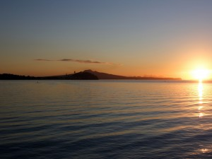El sol brillando al atardecer en el lago