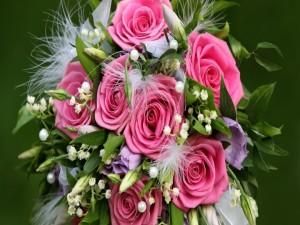 Postal: Original ramo de novia con rosas y plumas