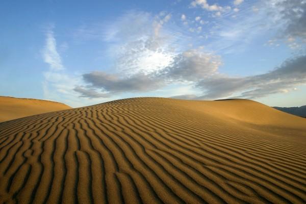 Pequeñas nubes sobre el desierto