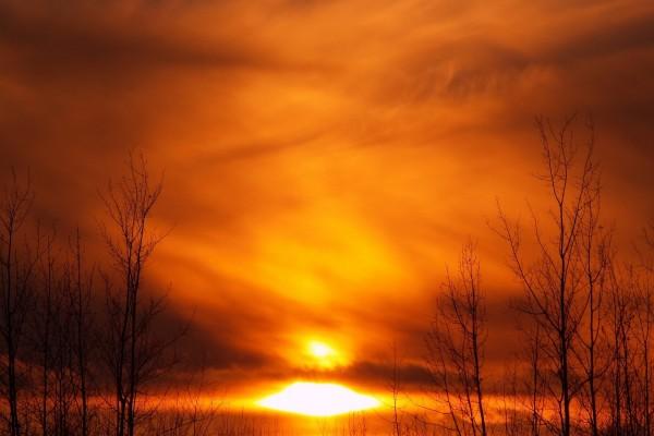 Un cielo naranja cubierto de nubes