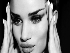 La modelo Rosie Huntington Whiteley en blanco y negro