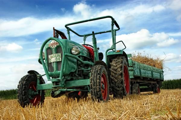 Tractor con remolque en el campo