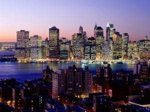 Una ciudad iluminada junto al agua