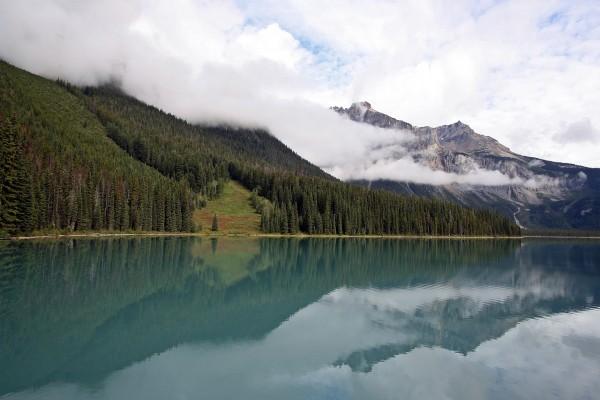 Nubes bajas junto al lago