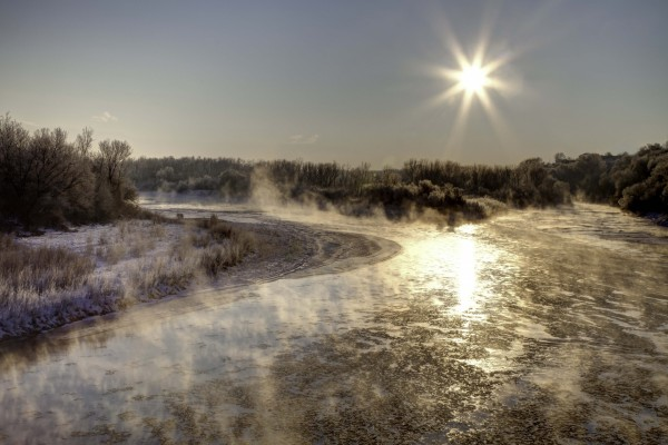 El sol brillando sobre un río helado