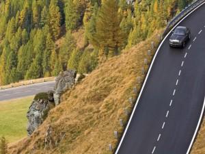 Un solo coche circulando por la carretera