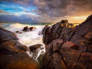 Postal: Contemplando el mar entre las rocas