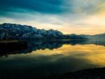 Quietud en el lago al atardecer