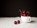 Una taza con cerezas