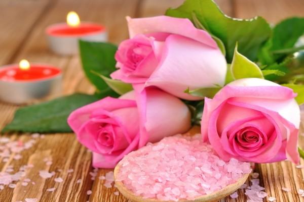 Tres pimpollos de rosas, sales y velas
