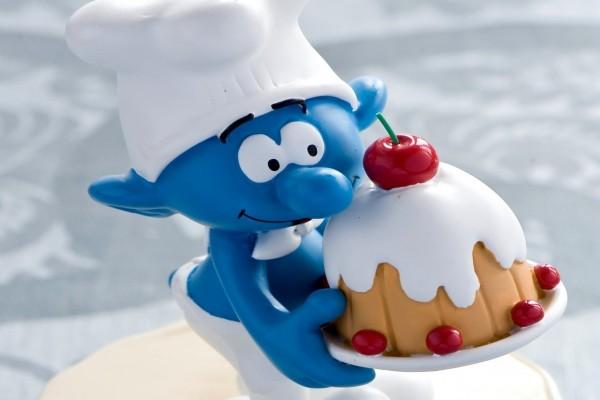 Pitufo Goloso llevando un pastel