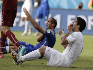 Postal: Luis Suárez tras morder al futbolista italiano