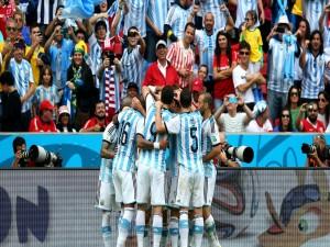 Abrazo de los jugadores argentinos ante su afición