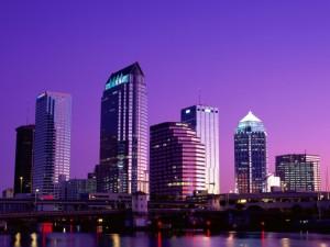 Un cielo de color lila sobre la ciudad