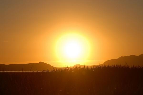 Un precioso paisaje con el gran sol de fondo
