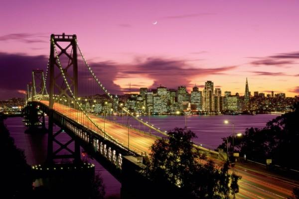 Un gran puente iluminado al anochecer