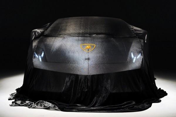 Lamborghini cubierto con una tela negra