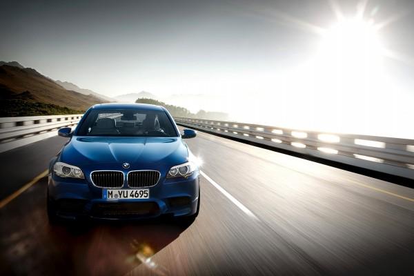 Conduciendo un BMW azul por una carretera
