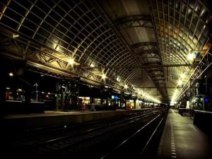 Junto a las vías del tren en la estación