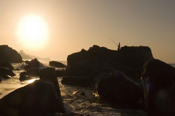 Pesca en las rocas de la playa