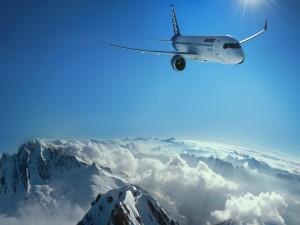 Un gran avión sobrevolando nubes y montañas
