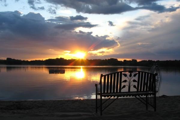 Un bonito banco en la orilla del lago