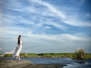 Postal: Mujer contemplando la naturaleza