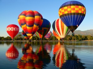 Desfile de globos en un lago