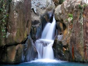 Cascada corriendo entre las rocas