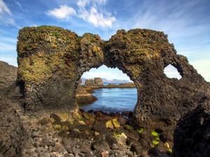 Extraña formación rocosa en el mar