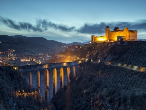Puente iluminado en Spoleto