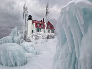 Postal: Casa con un faro en invierno