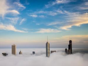 Niebla sobre los edificios de Chicago