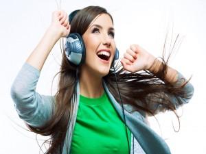 Escuchando música muy alegre