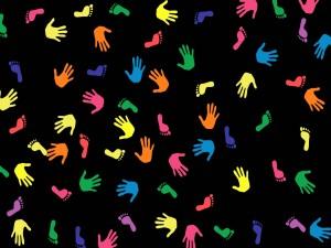 Postal: Pies y manos de colores en fondo negro