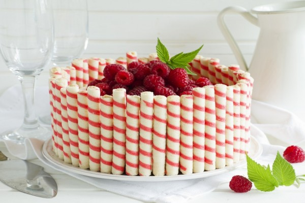 Vistosa tarta con frambuesas y barquillos