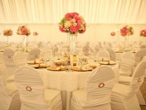Salón de bodas decorado con elegancia