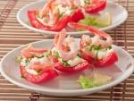 Rodajas de tomate rellenas de camarones y salsa