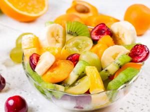 Postal: Ensalada de frutas en un cuenco de cristal
