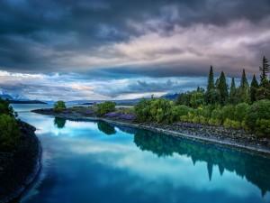Postal: Paisaje con un bonito río y montañas de fondo