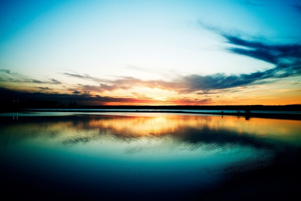 El sol en el cielo reflejado en el lago