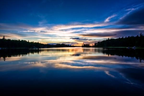 Un bonito cielo sobre el lago al amanecer