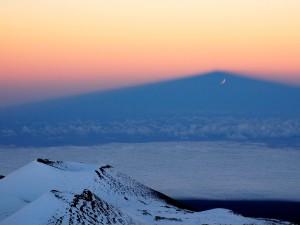 Un bonito paisaje con una tenue luna