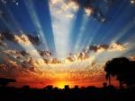 Rayos en el cielo al atardecer