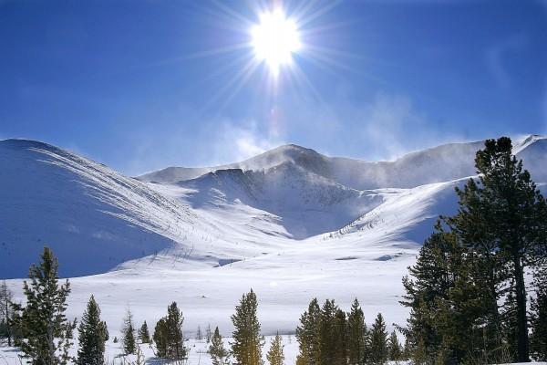 El brillante sol en las montañas nevadas