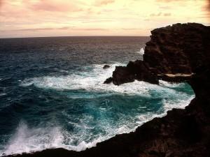 Oscuras rocas junto al mar