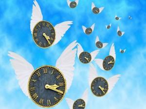 Relojes con alas en el cielo