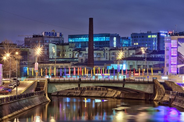 Vista nocturna del puente Krasnokholmsky (Moscú, Rusia)