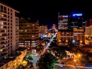 Vista nocturna de una calle de San Diego
