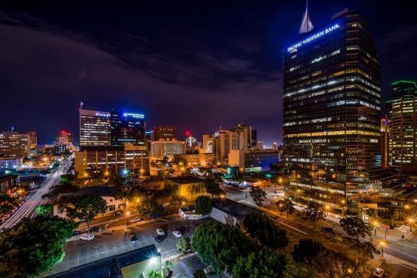 Iluminación de San Diego en la noche